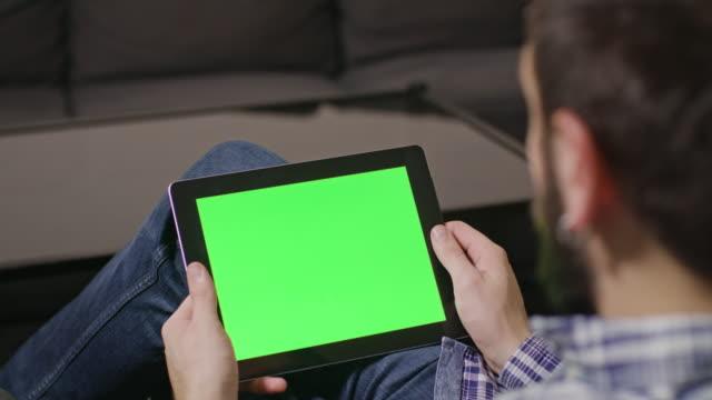 green screen digital tablet pc man - pergamena materiale cartaceo video stock e b–roll