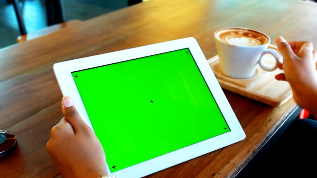 vídeos de stock, filmes e b-roll de digital tablet com tela verde café - mesa digital