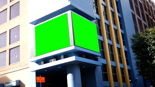 汎用的なコンテンツのための都市の建物に緑色の画面電子看板 - 広告点の映像素材/bロール