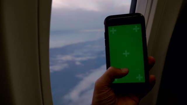 green screen handheld smartphone - hand holding phone filmów i materiałów b-roll