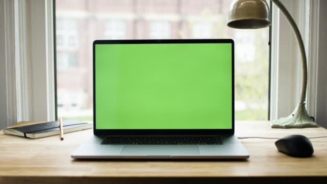 녹색 화면 노트북 컴퓨터 - 책상 스톡 비디오 및 b-롤 화면