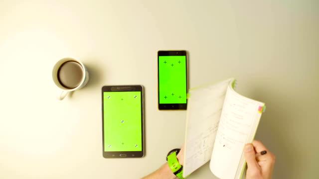 grön skärm. manliga händer rulla en surfplatta - linjerat papper bakgrund bildbanksvideor och videomaterial från bakom kulisserna