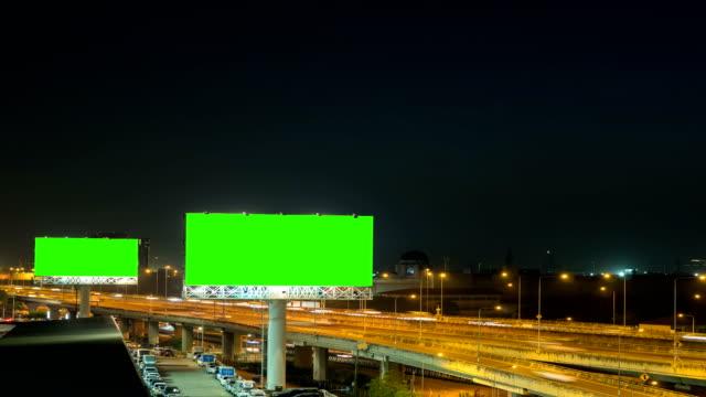 green-screen von werbe-plakat auf dem expressway in der nacht mit stadt hintergrund in bangkok, thailand. zeitraffer. - plakat stock-videos und b-roll-filmmaterial