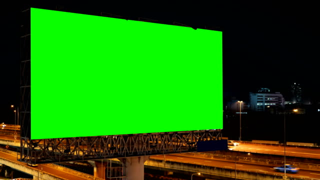 vídeos de stock e filmes b-roll de green screen of advertising billboard on expressway during the twilight with city background in bangkok, thailand. - espaço vazio