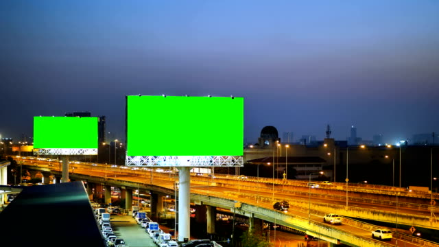 vídeos de stock e filmes b-roll de green screen of advertising billboard on expressway during the twilight with city background in bangkok, thailand. - faixa sinal