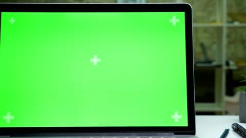 綠色螢幕的筆記本電腦在現代辦公室, 特寫, 工作電腦, 室內空白空間 - laptop 個影片檔及 b 捲影像