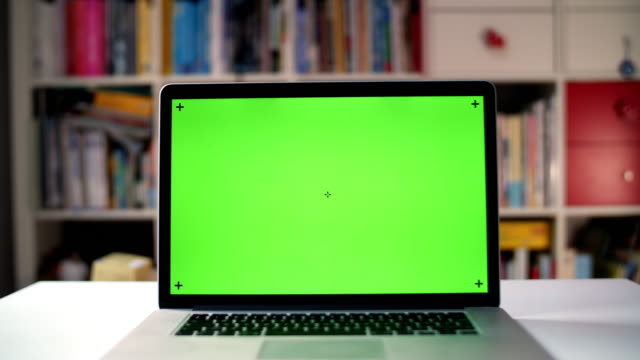 vídeos de stock e filmes b-roll de green screen on approaching laptop - computador portátil
