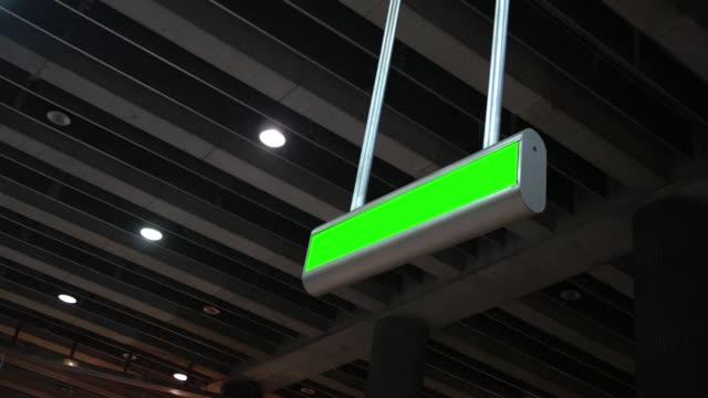 grön skärm overhead logga in moderna tunnelbanestation alt - billboard train station bildbanksvideor och videomaterial från bakom kulisserna