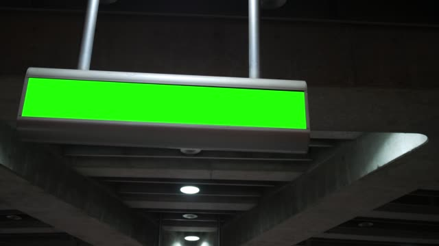 grön skärm overhead logga in moderna tunnelbanestation - billboard train station bildbanksvideor och videomaterial från bakom kulisserna