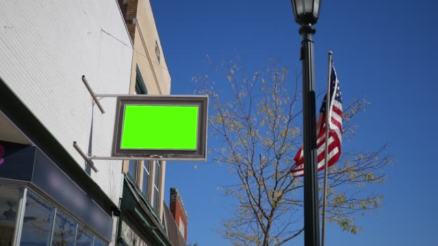 green screen zeichen außerhalb ein geschäft mit amerikanischen flagge weht - ersetzen inhalt erschossen - antique shop stock-videos und b-roll-filmmaterial
