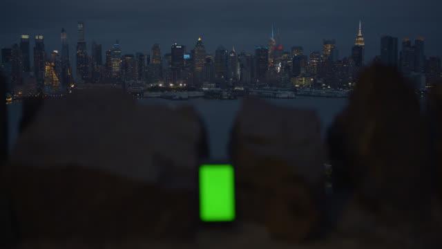 緑色の画面でスマートフォンの背景ニューヨーク市 - 石垣点の映像素材/bロール