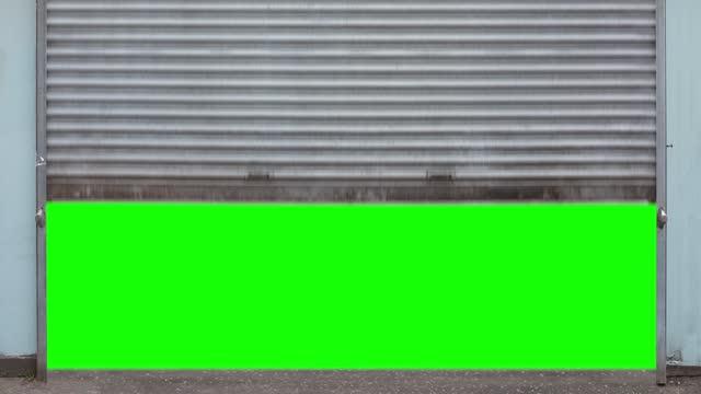 apertura delle persiane del negozio a schermo verde - garage video stock e b–roll