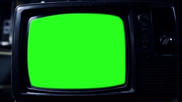 vidéos et rushes de écran vert vintage tv. ronde de nuit. effectuer un zoom arrière. - image teintée