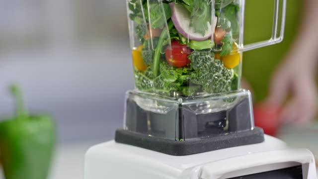 grüner smoothie im mixer mischen - grünkohl stock-videos und b-roll-filmmaterial