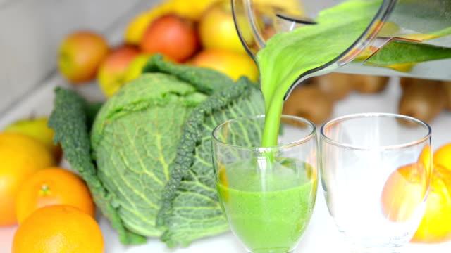 verde frullato alla frutta - healthy green juice video stock e b–roll