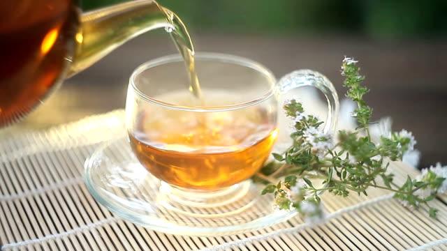 vidéos et rushes de thé vert dans la belle tasse - thé boisson chaude