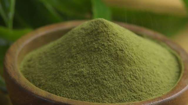 green tea powder in wood bowl - естественное условие стоковые видео и кадры b-roll