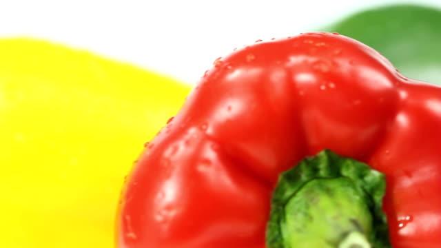 vídeos de stock e filmes b-roll de pimentão amarelo e vermelho verde - red bell pepper isolated