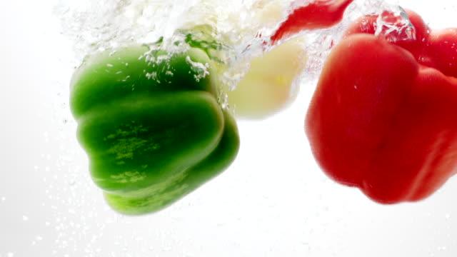 vídeos y material grabado en eventos de stock de pimiento verde, amarillo y rojo caer agua - pimiento verde