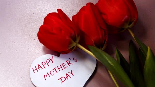 gratulations kort i form av ett hjärta med orden happy mors dag, röda tulpaner med tacksamhet - lucia bildbanksvideor och videomaterial från bakom kulisserna