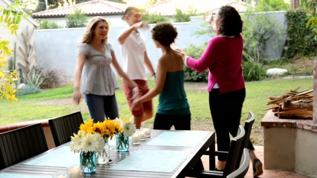hälsning vänner på sommaren bbq - ankomst bildbanksvideor och videomaterial från bakom kulisserna