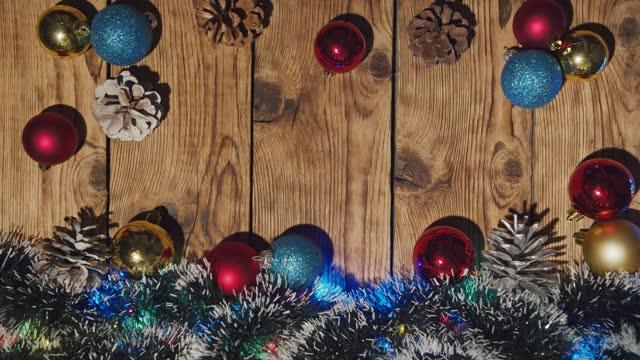 gruß saison konzept. weihnachtsbaum und dekorationen mit geschenken und ornamenten auf holztisch. ansicht von oben - girlande dekoration stock-videos und b-roll-filmmaterial