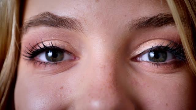 vídeos de stock, filmes e b-roll de cinzenta fêmeas olhos, olhe para a câmera, feliz, rindo, maquiagem, piscando. - largo descrição geral