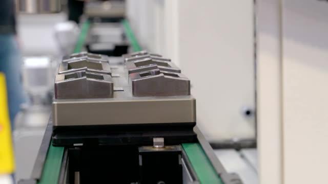 graue gegenstände aus metall von einer maschine verschoben wird - pflicht stock-videos und b-roll-filmmaterial
