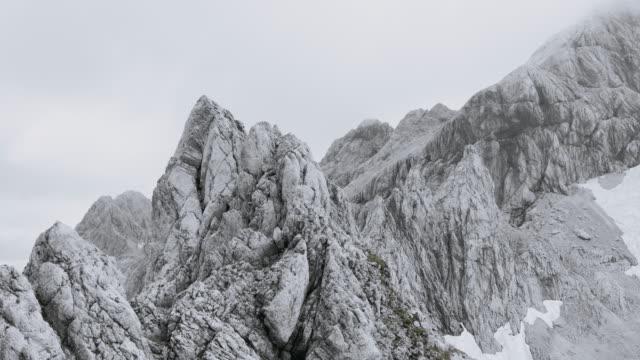 vídeos y material grabado en eventos de stock de crestas de montaña grises aérea - terreno extremo
