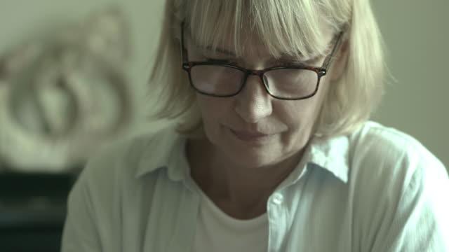 sorg - sentimentalitet bildbanksvideor och videomaterial från bakom kulisserna