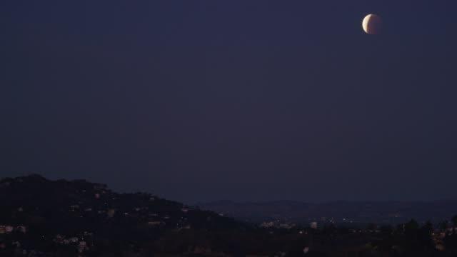 vidéos et rushes de griffith park éclipse lunaire - vue partielle