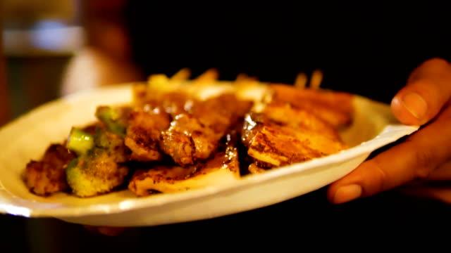 stockvideo's en b-roll-footage met bbq grill paddestoel, steak met saus sichuan peper. - foodtruck