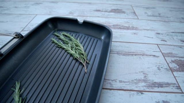 grill pan with a sprig of rosemary. 4 view points - płyta do pieczenia filmów i materiałów b-roll