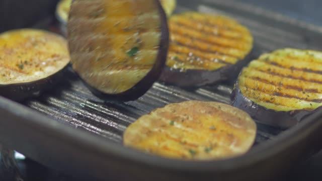 grill pokrojony bakłażan na patelni - płyta do pieczenia filmów i materiałów b-roll