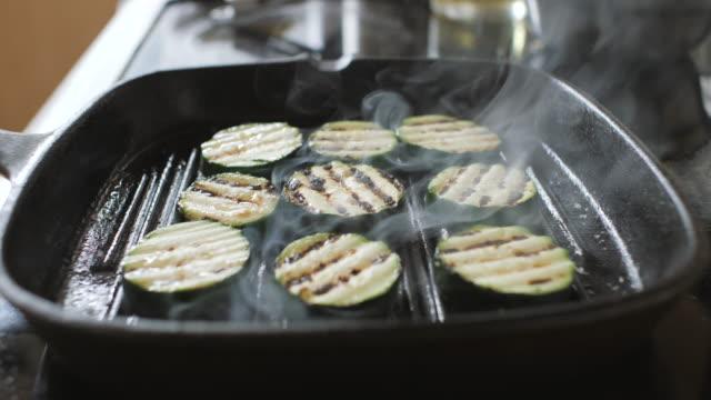 grill sliced courgette on griddle pan - płyta do pieczenia filmów i materiałów b-roll