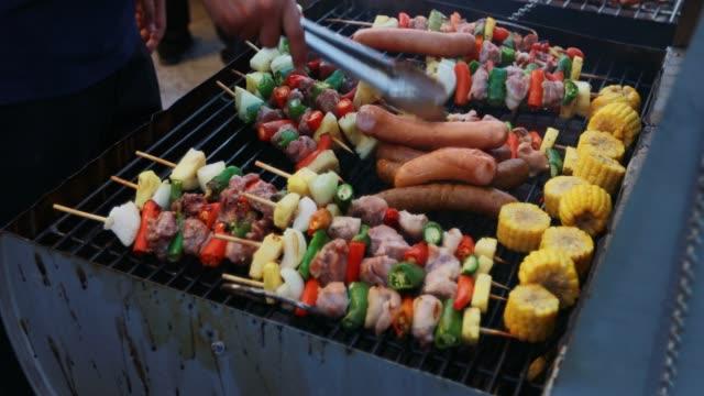 bbq grill biff och bacon remsor stekning på en grill - marinad bildbanksvideor och videomaterial från bakom kulisserna