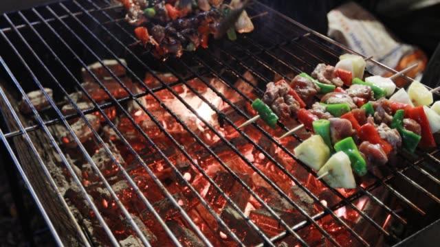 stockvideo's en b-roll-footage met bbq grill steak en spekreepjes frituren op een grill - foodtruck