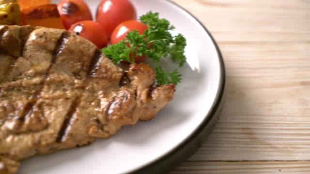 grilled and barbecue fillet pork steak with vegetable - vídeo