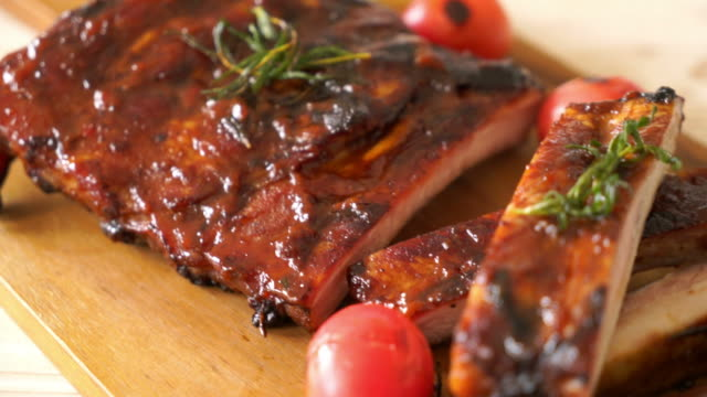 grilled and barbecue ribs pork - pieczony filmów i materiałów b-roll
