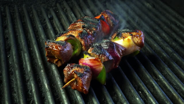 grilled beef kebab with onion and bell pepper - spiedino video stock e b–roll
