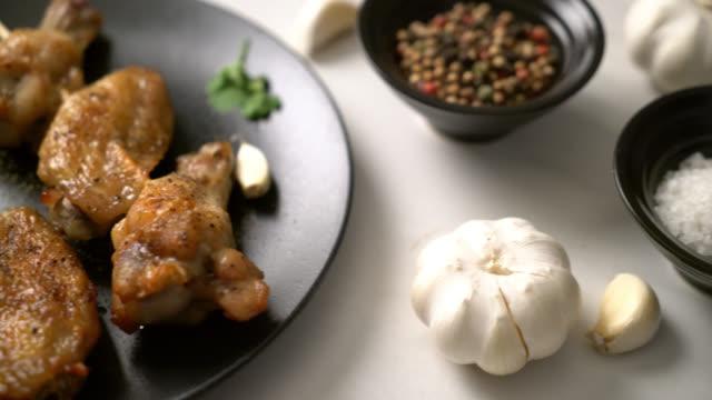 vídeos y material grabado en eventos de stock de barbacoa de alitas de pollo a la parrilla con pimienta y ajo - dieta paleolítica