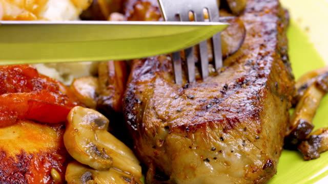 saftiges steak vom - scheibe portion stock-videos und b-roll-filmmaterial
