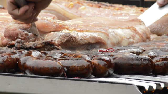 costolette grigliate e budino nero, cibo argentino - argentina america del sud video stock e b–roll