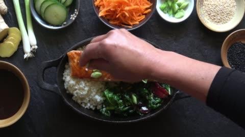vidéos et rushes de filet de saumon grillé aux asperges et au riz de chou-fleur. - fait maison