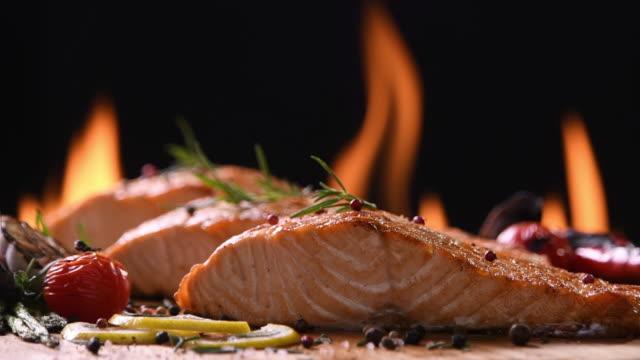 vídeos y material grabado en eventos de stock de salmón a la plancha en mesa de madera - alimentos cocinados