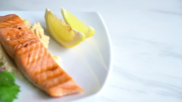 grilled salmon steak - video