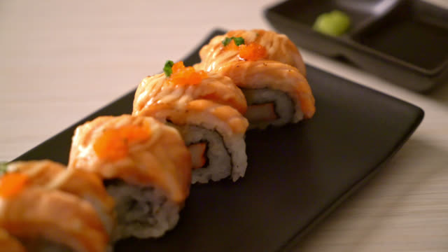 grilled salmon sushi roll with sauce - vídeo