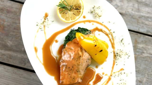 vídeos de stock e filmes b-roll de grilled salmon, vegetables and sauce. - meat plate