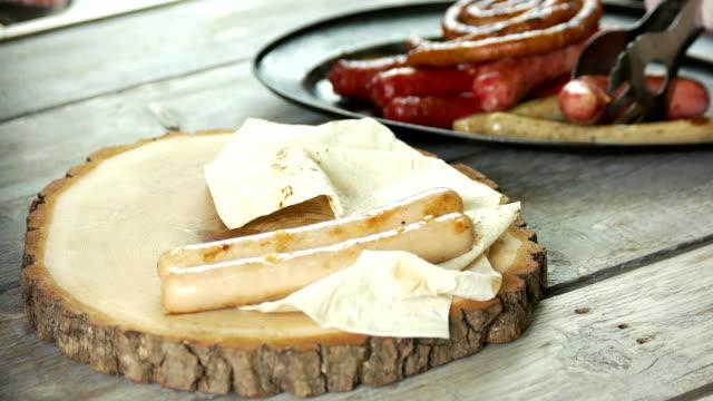 grilled sausages and pita bread. - chleb pita filmów i materiałów b-roll