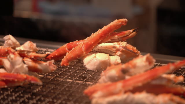grillad skaldjurs krabba ben på japanska street food market - hokkaido bildbanksvideor och videomaterial från bakom kulisserna